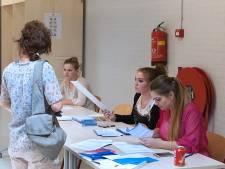 Urenlang mondkapje op is afzien op Deventer stembureaus, dus krijgen medewerkers meer lucht