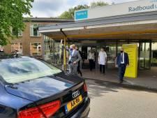 Koning Willem-Alexander brengt bezoek aan Radboudumc en praat met coronapatiënten