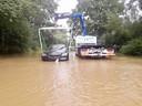 Een BMW kreeg pech in het water en moest getakeld worden.