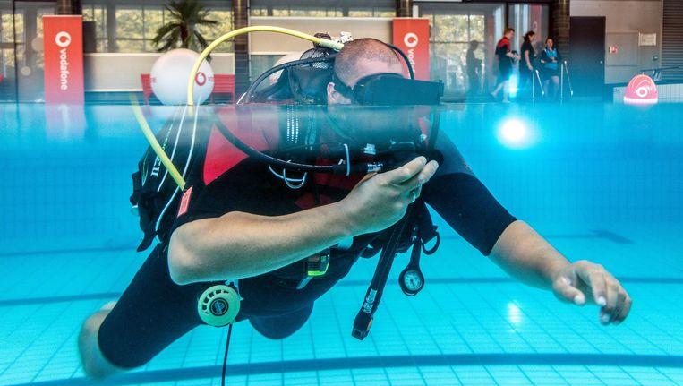 Zodra je de waterdichte VR-bril opzet, zie je haaien rondom je zwemmen Beeld Vodafone