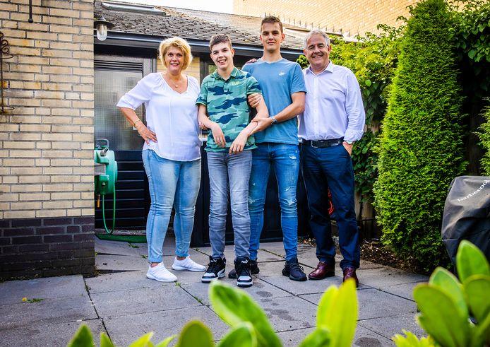 Carmen Erkelens met haar man Luc en zoons Freek en Bram.