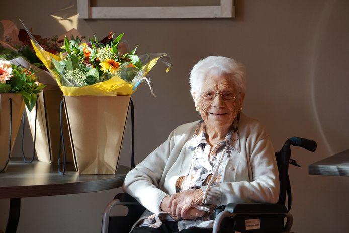 Angela Vanwulpen wordt voor haar bijzondere verjaardag letterlijk en figuurlijk in de bloemetjes gezet.