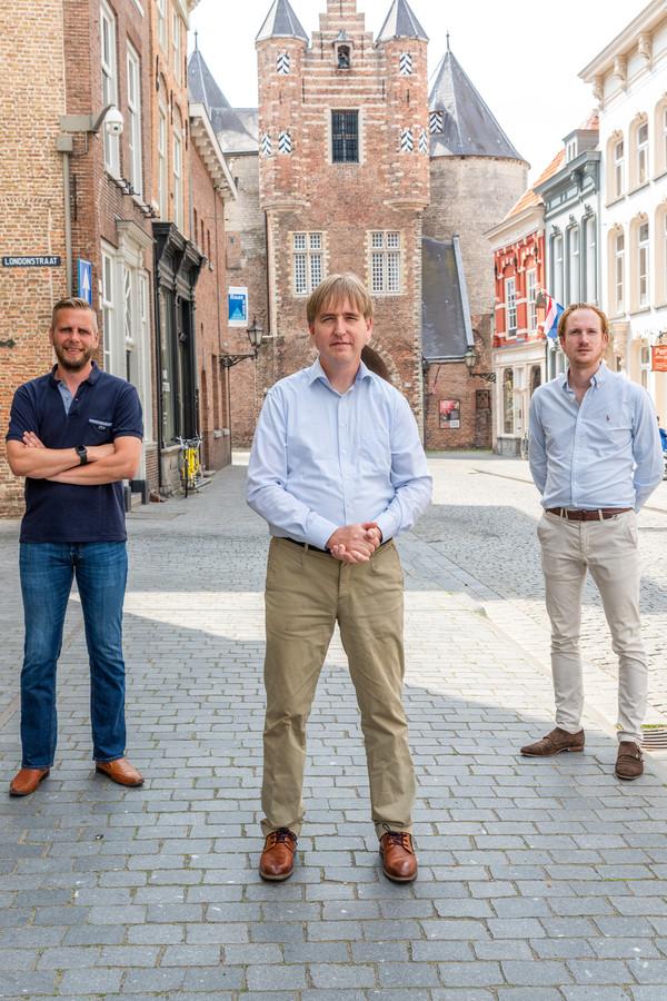 De drie Bergenaren van Groep De Bie in Provinciale Staten van Noord-Brabant: Maikel de Bekker (l.) Eric de Bie (midden) en Camiel van der Meeren (r. ) tegen het decor van de Gevangenpoort in Bergen op Zoom.