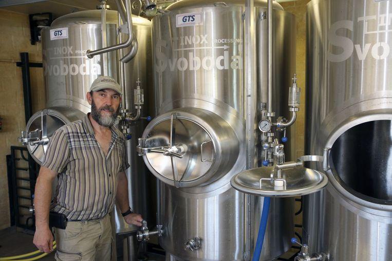 René Schoofs van brouwerij Vagebond bij zijn nieuwe tanks. Zijn blond bier (foto boven) heet toepasselijk Vageblond (met een 'l' toegevoegd).
