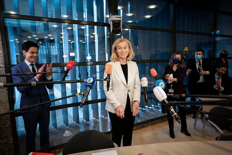 Sigrid Kaag wordt onthaald tijdens de fractievergadering donderdag.  Beeld Freek van den Bergh / de Volkskrant