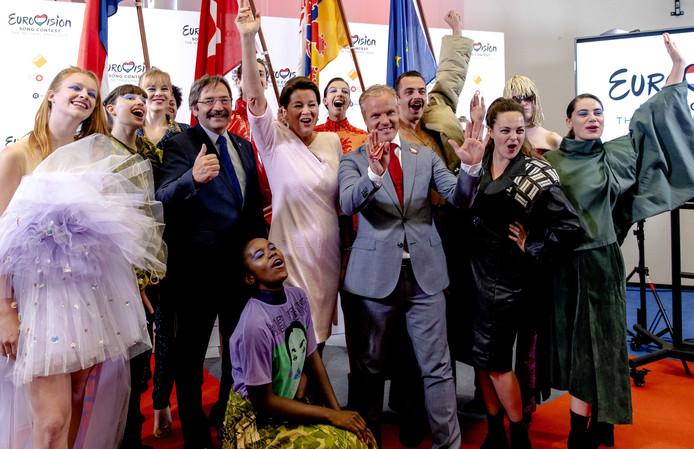 Burgemeester Annemarie Penn-te Strake en Gouverneur Theo Bovens presenteren namens de gemeente Limburg een bidbook op basis waarvan Maastricht het Eurovisie Songfestival van volgend jaar hoopt binnen te halen.