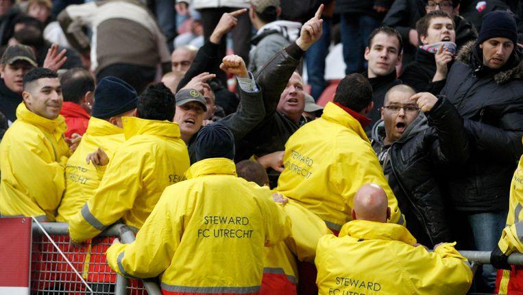 Stewards proberen FC Utrecht-supporters in bedwang te houden tijdens de wedstrijd tegen FC Twente, afgelopen december. Beeld anp