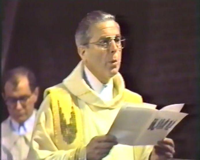 Pastoor Van den Broek tijdens de Moergestelse nachtmis van 1987
