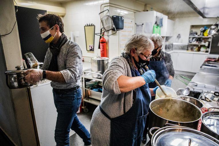 Martijn van Helvert helpt mee in de keuken bij 't Kirkske in Geleen. Beeld Aurélie Geurts