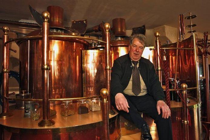 Herman Jimmink bij de brouwketels van de Hanze-stadsbrouwerij, waar sinds enkele jaren weer echt Zutphens bier gedronken kan worden.foto Yvonne Pieters