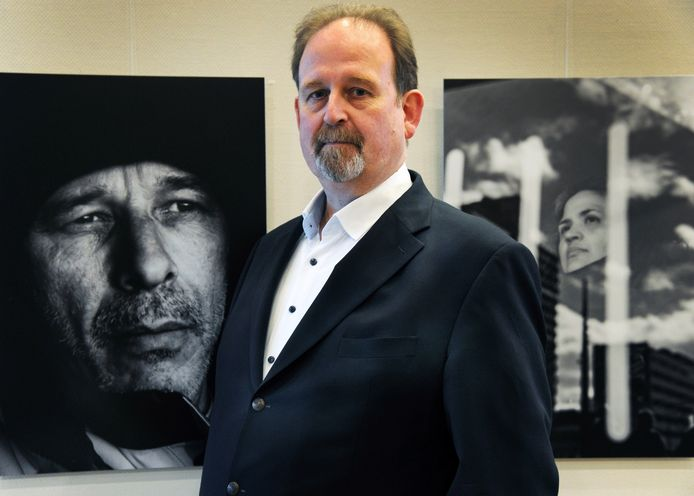 """Kinderrechter Joost Duinhof bij foto's die gaan over mensen die geadopteerd zijn. ,,De rechtbank ziet in heel veel strafzaken slechte hechting als grondslag voor vele verkeerde keuzes."""""""