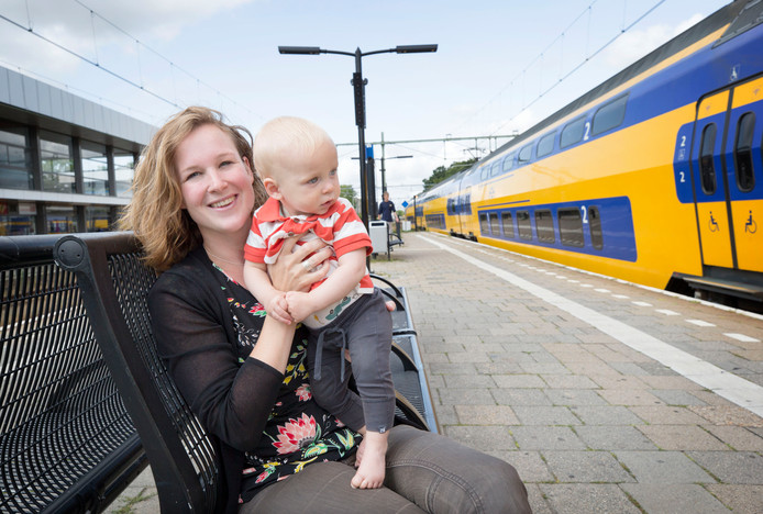 Ilona Wevers met haar zoontje Milo op het station Bergen op Zoom.