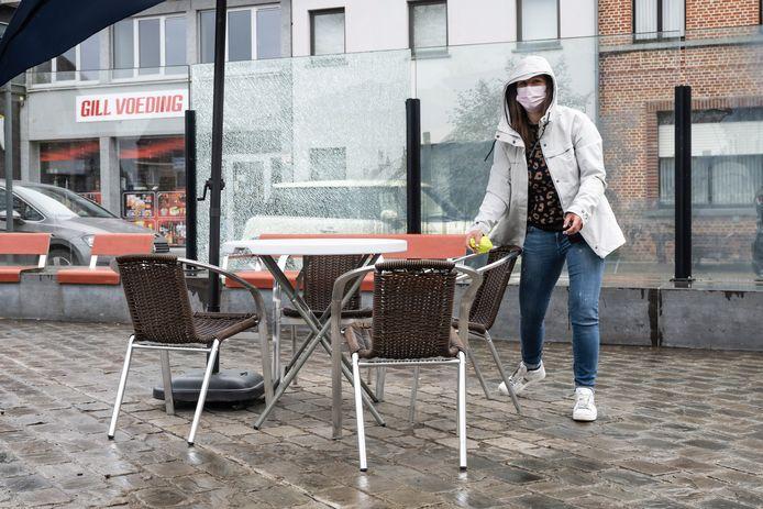 Sofie van café Ieder 't Zijn zet tafels bij. De eerste waren in een mum van tijd allemaal bezet.
