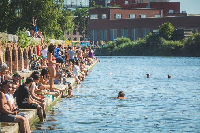 Zwemmen aan het prachtig heraangelegde Houtdok: velen doen het, maar het mag niet. Ook niet in de komende zomermaanden