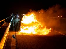 Auto vliegt in brand op A59 bij afslag Oosterhout