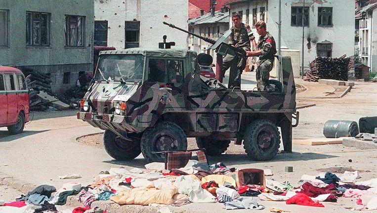 16 juli 1995: Bosnisch-Servische troepen rijden door een verlaten Srebrenica. Een paar dagen eerder, op 11 juli 1995, namen de troepen van generaal Ratko Mladic de 'veilige' enclave Srebrenica in. Nederlandse VN-Blauwhelmen stonden machteloos toen moslimmannen werden gescheiden van vrouwen en kinderen. Bij moordpartijen zijn in de dagen erna naar schatting 8.000 moslimmannen -en jongens om het leven gekomen.