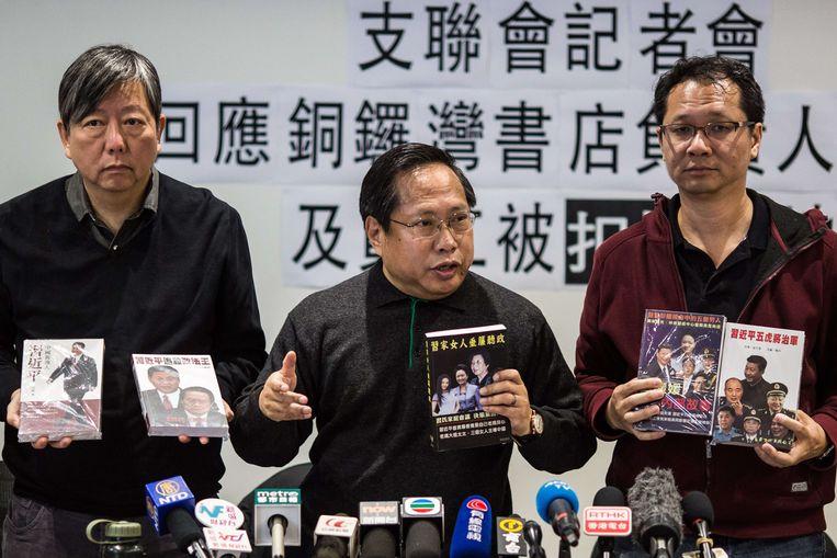 Lee Cheuk Yan (L), Albert Ho (M) en Richard Tsoi (R) ijveren voor democratie en persvrijheid op een persconferentie. Beeld AFP
