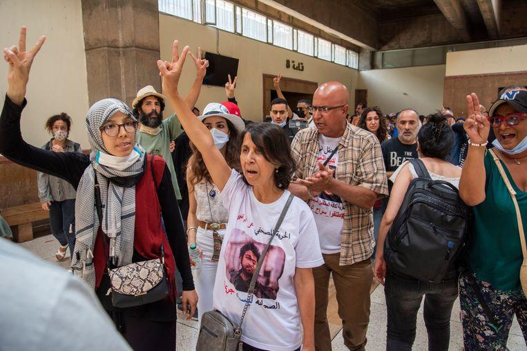 De moeder van journalist Omar Radi (midden) met medestanders bij het gerechtshof in Casablanca op de dag van het vonnis. Radi werd veroordeeld tot 6 jaar cel. Beeld EPA