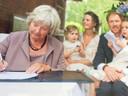Treesje Ogier tekent als trouwambtenaar bij het huwelijk van Jelle en Marieke Oomen-Appel op 30 augustus 2014.