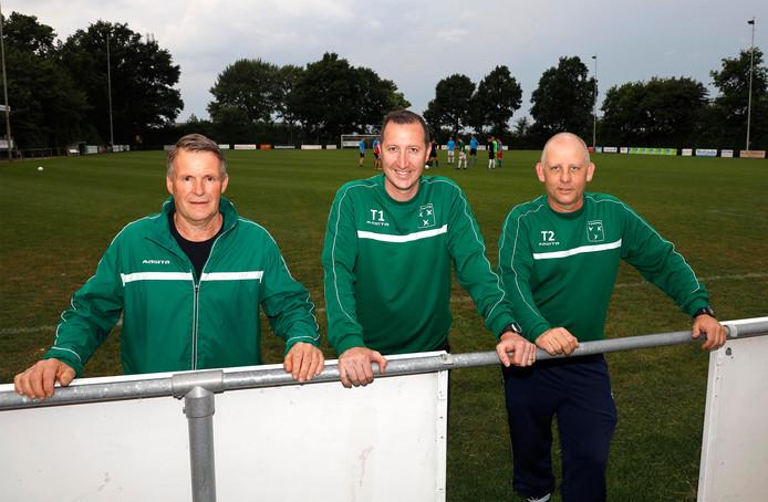 Zaamslag-voorzitter Jan Dees (links), trainer Dominique D'Hooge en zijn assistent Henk Michels weten dat hun club het best wel eens moeilijk zou kunnen krijgen bij promotie naar de tweede klasse.