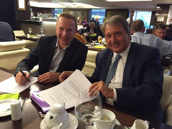 Anderlecht-manager Herman Van Holsbeeck en Thierry Steemans (KV Mechelen) finaliseren een transfer.