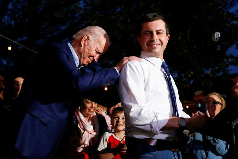Voormalige Democratisch presidentskandidaat Pete Buttigieg spreekt zijn steun uit voor toenmalige presidentskandidaat Joe Biden (links). Archieffoto van maart dit jaar. Beeld REUTERS