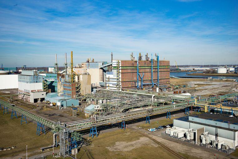 Het  zwaarvervuilde terrein van de inmiddels failliete fosforfabriek Thermphos in 2016. Foto Evert van Moort/ Hollandse Hoogte Beeld Hollandse Hoogte / Evert van Moo