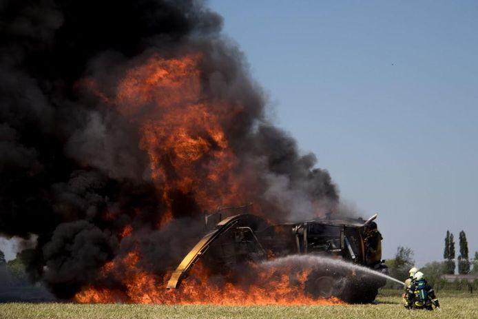De hakselaar van 300.000 euro brandde volledig uit.