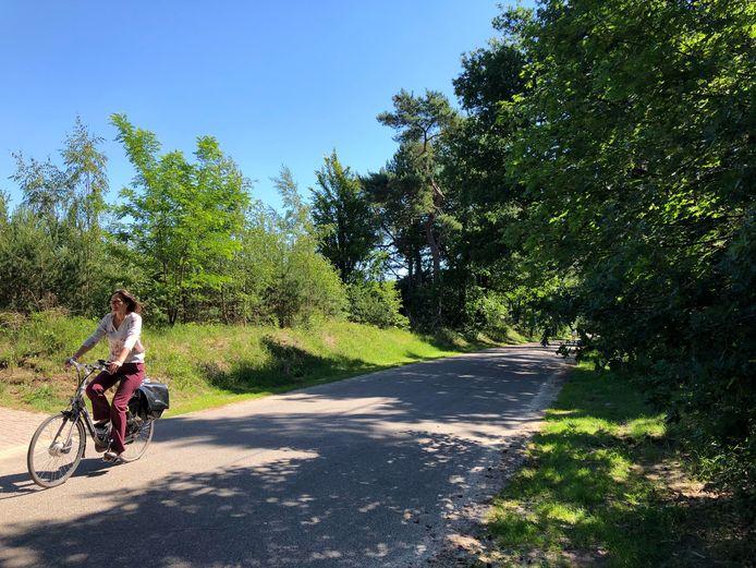 Verkeerswethouder Nermina Kundic van Soest fietst op de Monnikenbosweg.
