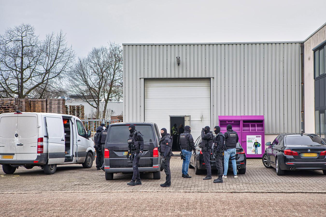 Een zwaar bewapende speciale eenheid van de douane viel vorige week binnen in een illegale sigarettenfabriek in een loods in Oosterhout.