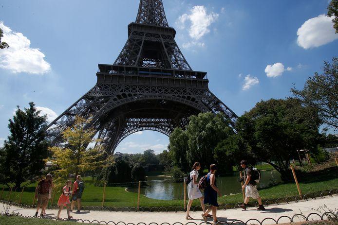 Toeristen aan de Eiffeltoren in Parijs (archiefbeeld).