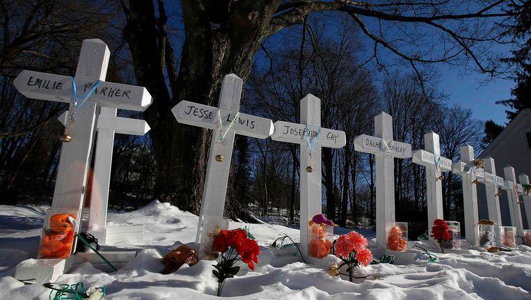 Kruisjes voor de slachtoffers van de Sandy Hook-schietpartij langs de weg in Newtown. Beeld reuters