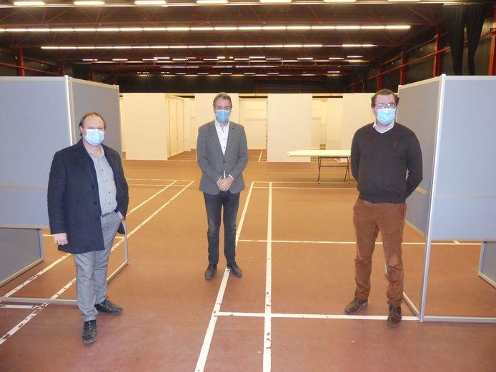 Schepen Bart Van Thuyne en burgemeester Jan Vermeulen van Deinze en burgemeester Simon Lagrange van Zulte in het vaccinatiedorp in de Brielpoort.