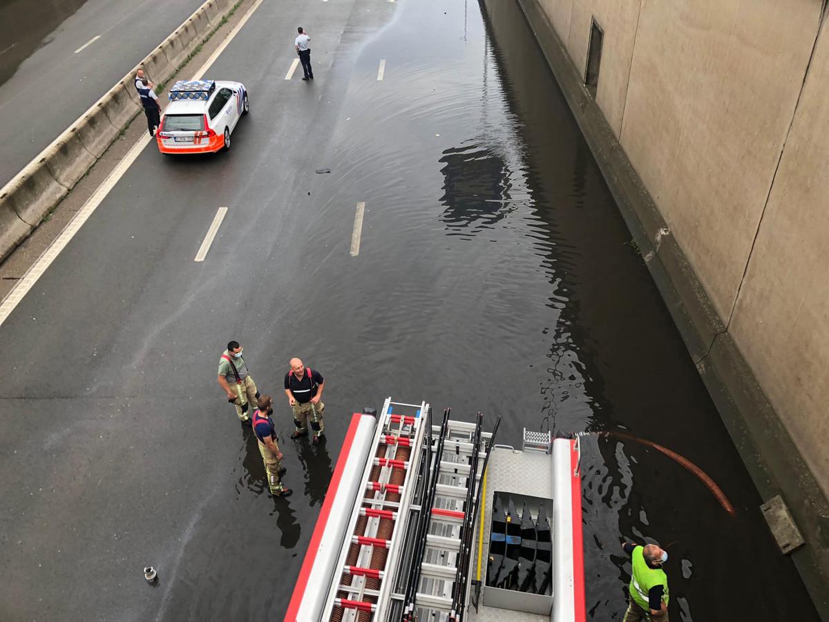 De A12 liep volledig onder water in Boom onder de brug over de A12