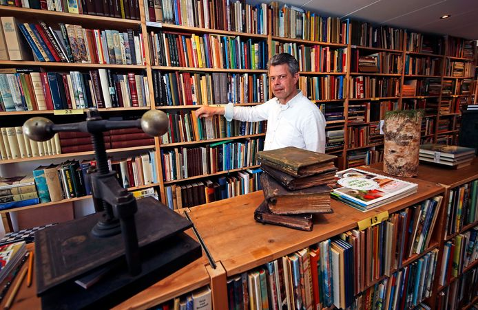 Pleun-Jan Heistek in zijn boekenwinkeltje in Goudswaard.