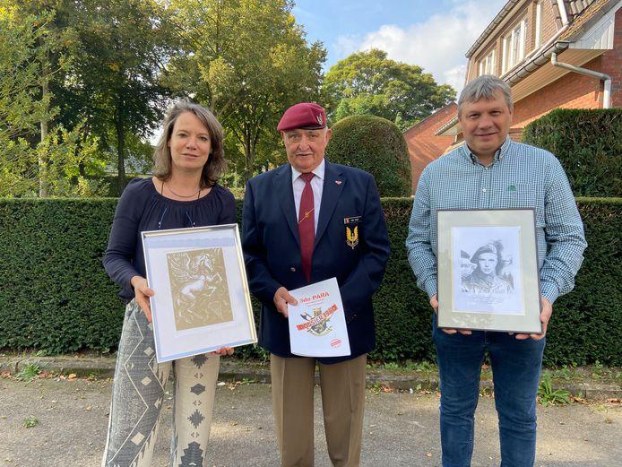 Burgemeester Liesbeth Verstreken en schepen Danny Van Dyck kregen een geschenk op hun bezoek aan de reünie van de veteranen. Midden: veteraan Leo Van Dyck uit Halle-Zoersel