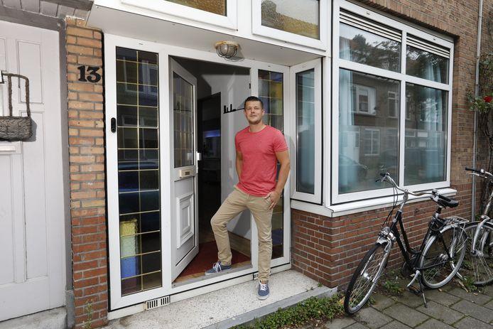 Lennart Appels in de deuropening van zijn huis aan de Paulus Potterstraat.
