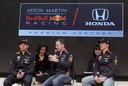 Max Verstappen, Christian Horner en Pierre Gasly tijdens een promotie-event van Honda.