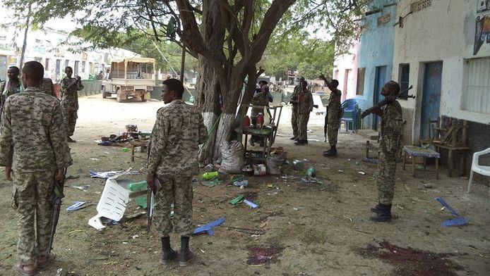 Somalische soldaten op de plek van een zelfmoordaanslag door Al Shabaab