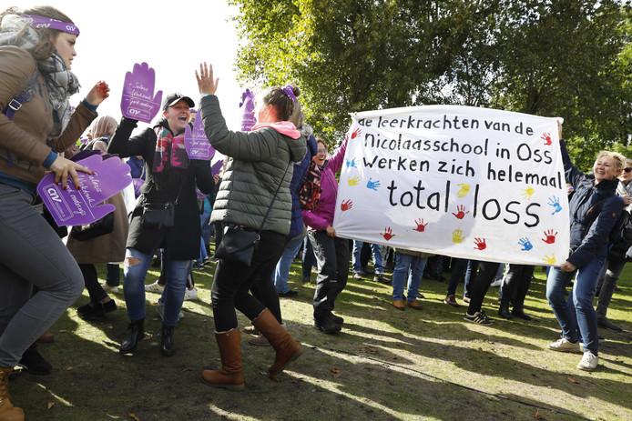 Ruim 60.000 leraren stonden op het Zuiderpark in Den Haag.