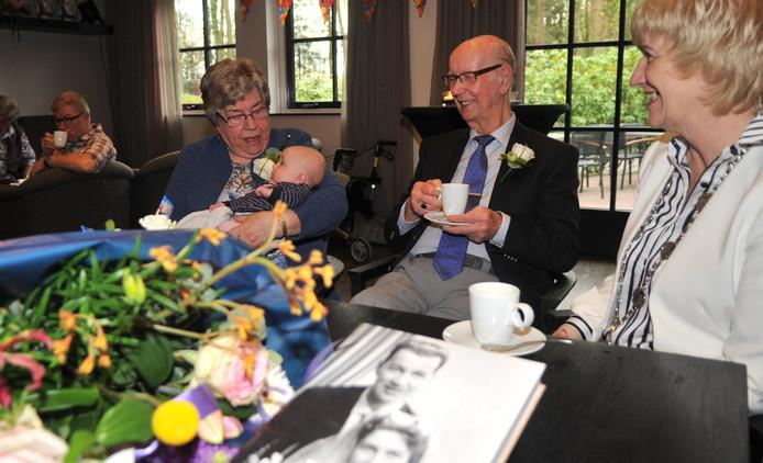 Het echtpaar Van Elden met het jongste achterkleinkind Emma. Rechts burgemeester Agnes Schaap