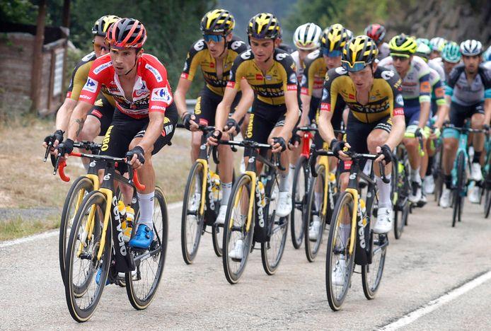 Primoz Roglic met zijn teamgenoten van Jumbo-Visma in zijn wiel.