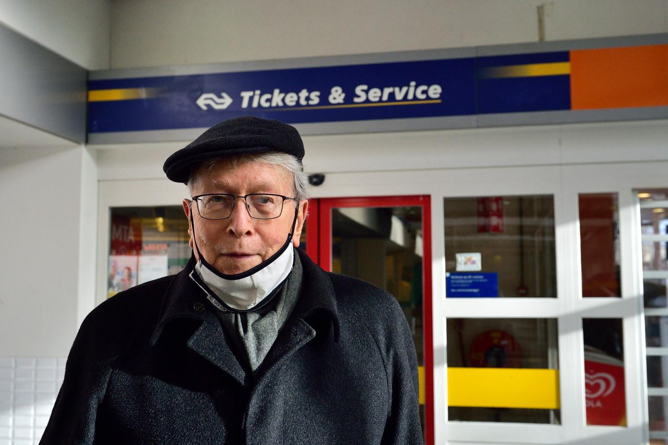 Het loket op het NS-station in Gouda gaat dicht. B. A. Dubbeldam uit Gouda is een van de Gouwenaars die vindt dat het open moet blijven.  ,,De dienstverlening moet voor iedereen goed zijn.''
