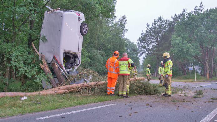 Bij een ongeluk in Ermelo werd zaterdagochtend een bestelbus gelanceerd. Het voertuig eindigde verticaal tegen een boom.