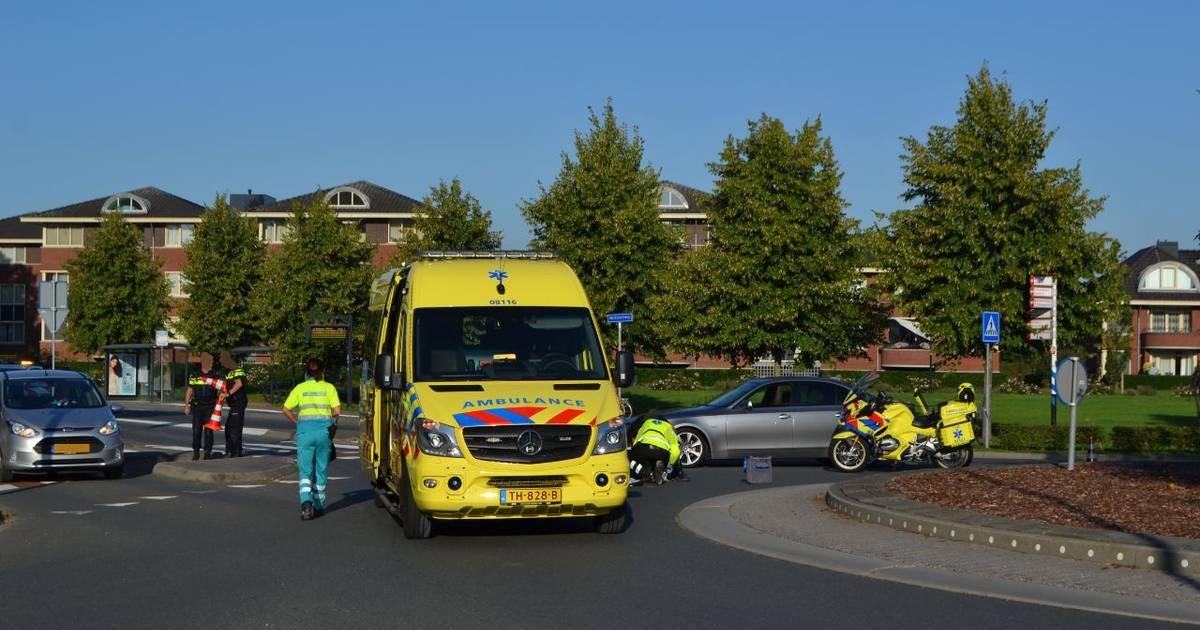 Fietsster zwaargewond naar ziekenhuis na aanrijding op rotonde in centrum van Bemmel.