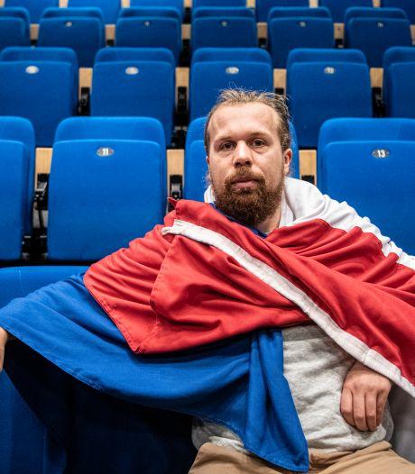 Simon speelt voorstelling over vluchtelingenkampen: 'Werken op Lesbos was heftig, maar ook fantastisch'