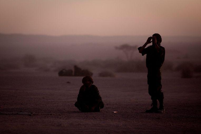 Archieffoto van strijders van Front Polisario die bidden bij zonsopgang in de Westelijke Sahara.  Beeld AP