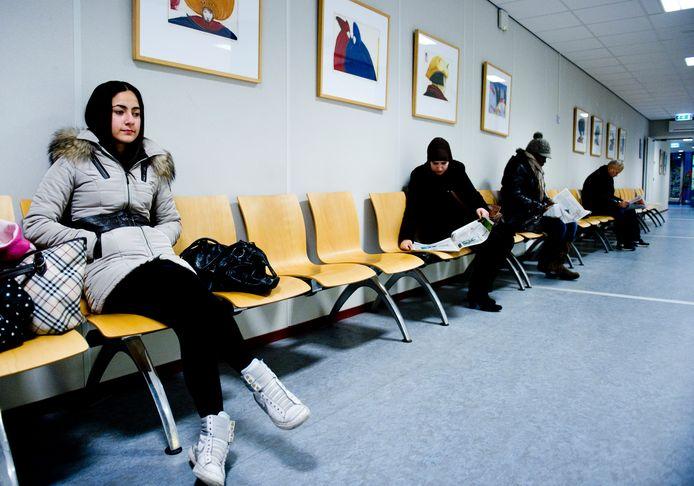Patiënten in de wachtkamer van een ziekenhuis.