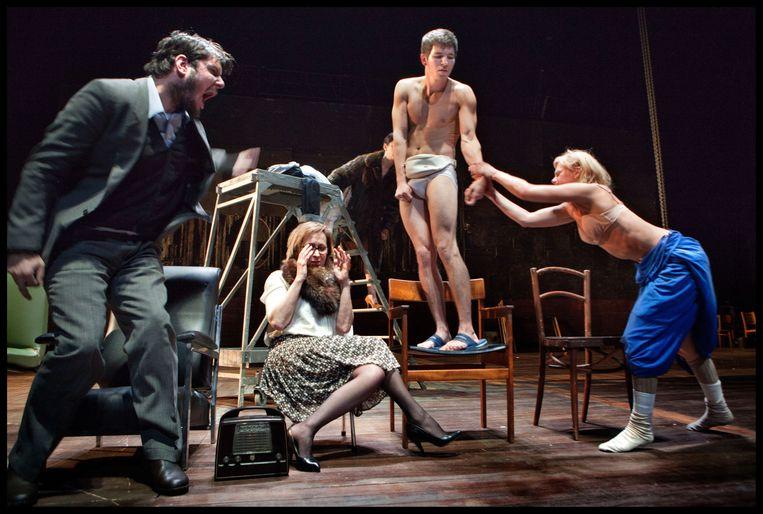 Scène uit Claus' 'Een bruid in de morgen' (2011). Beeld Phile Deprez