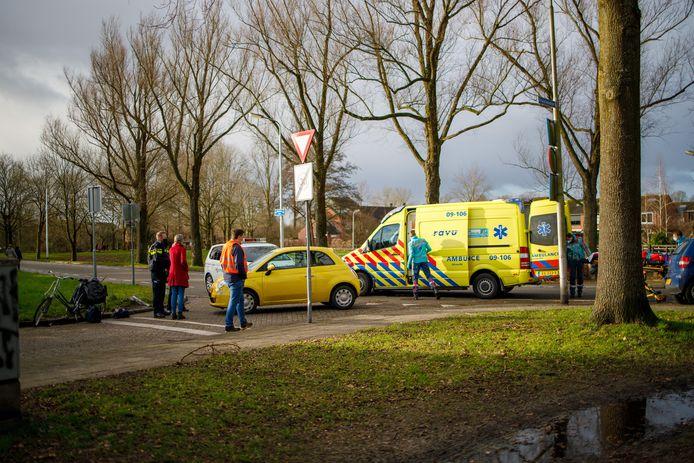 In Hoogland werd donderdagochtend een fietsster geschept door een auto.